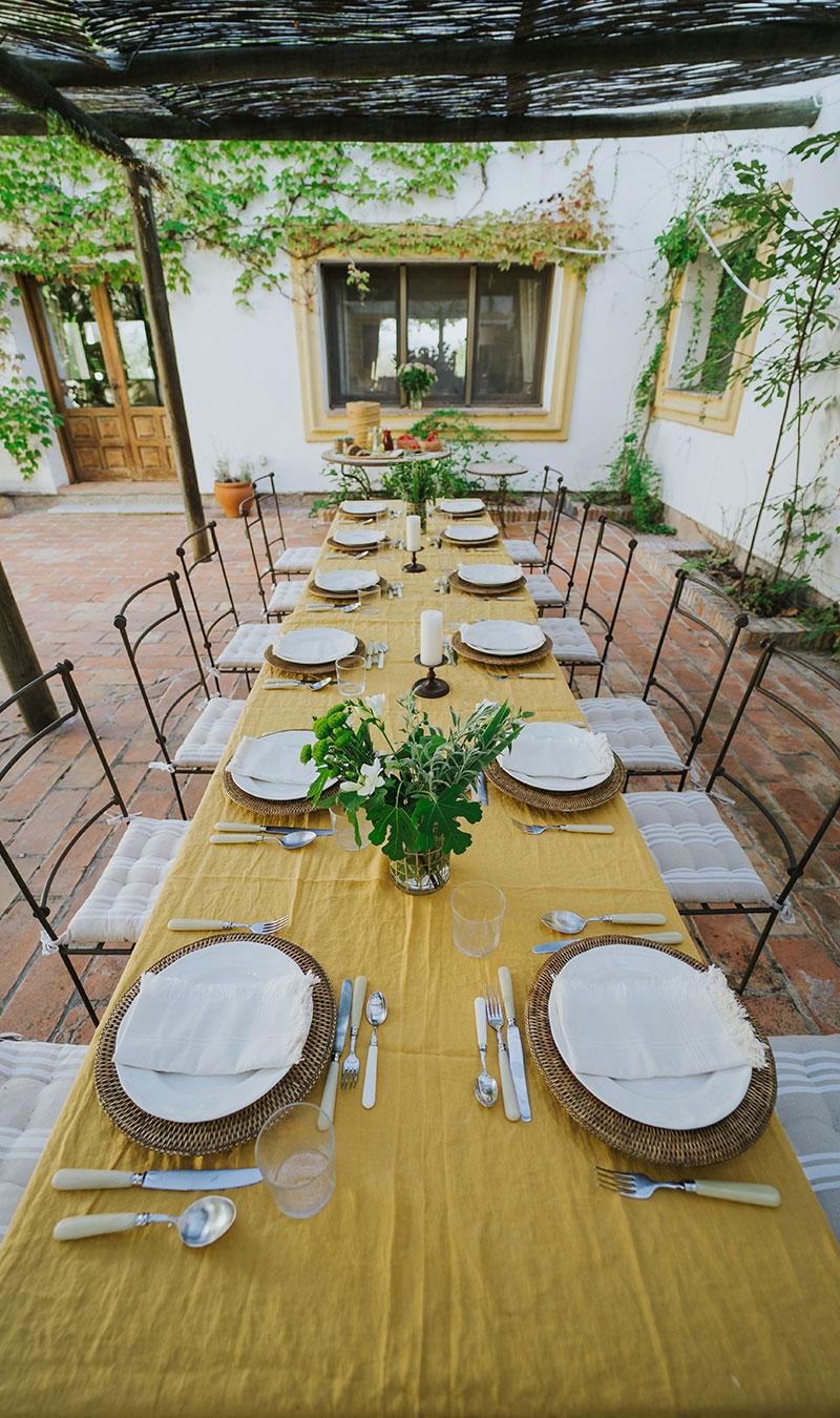 Mesa con platos para comer en una zona común